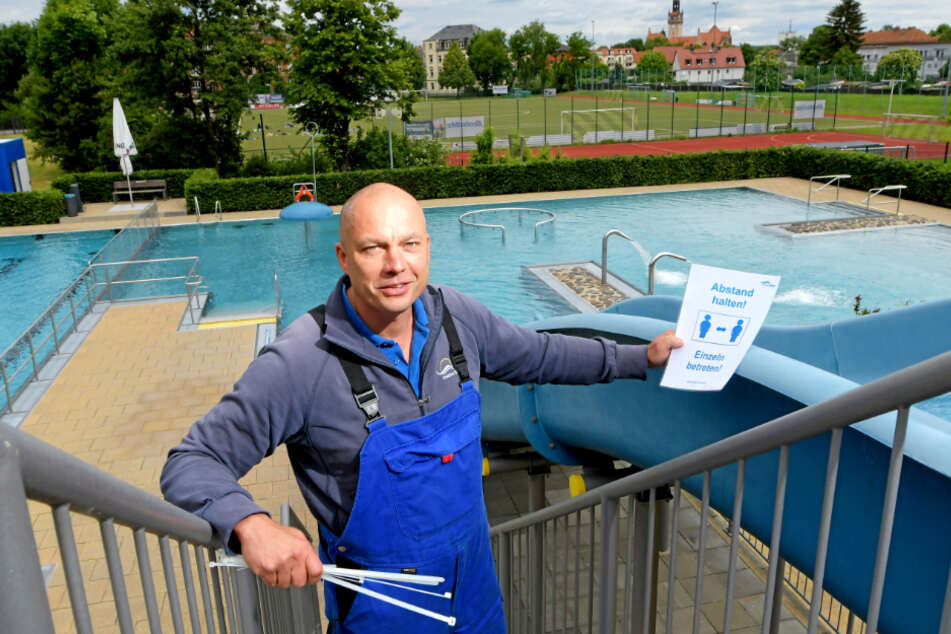 Das Freibad Cotta besuchten gestern am ersten Tag der Saison über ein Dutzend Schwimmer - zur Freude von Badeleiter Robert Lehnert (46), der am Morgen noch Hygiene-Hinweisschilder angebracht hatte.