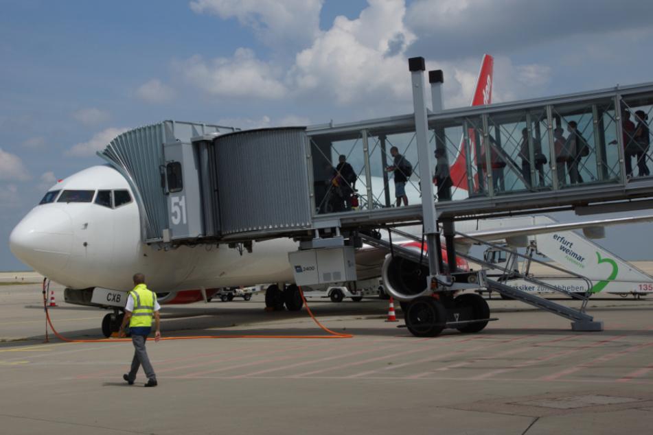 Passagiere steigen am Flughafen Erfurt-Weimar in den Flieger der Corendon Airlines.