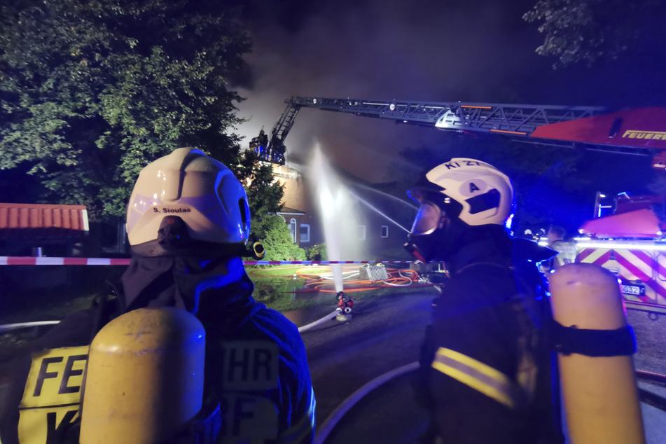 Der Brand griff auch auf ein Wohnhaus über.