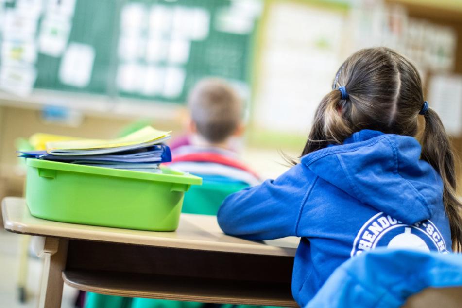 An den Grundschulen in Hessen beginnt am Montag wieder der reguläre Unterricht für alle Kinder (Symbolbild).