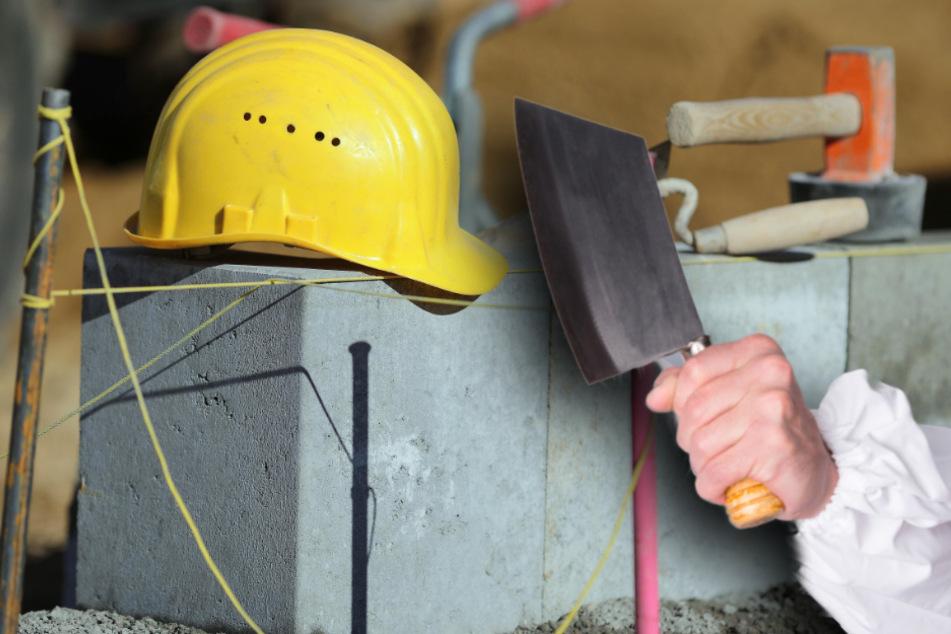 Ein Mann mit einem Metzgerbeil bedrohte in Schwaben zwei Bauarbeiter. (Symbolbild)