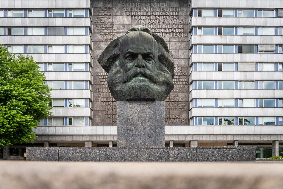 Die ehemalige SED-Zentrale befindet sich direkt hinter dem Karl-Marx-Kopf.