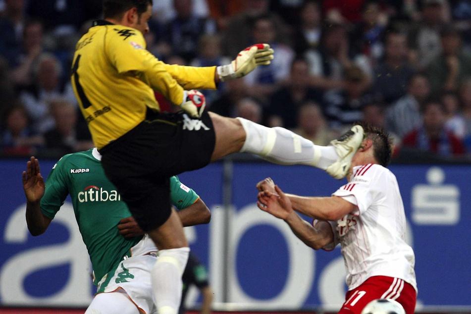 Bremens Torhüter Tim Wiese (links) streckt HSV-Angreifer Ivica Olic mit einem Kung-Fu-Tritt nieder.