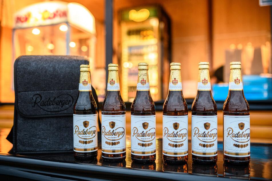 In der grauen Kühltasche können sechs Flaschen Radeberger Pilsner verstaut werden.
