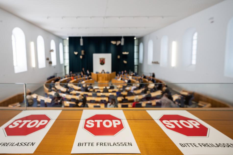 Im Landtag in Mainz liegen Zettel mit Hinweisen aus.