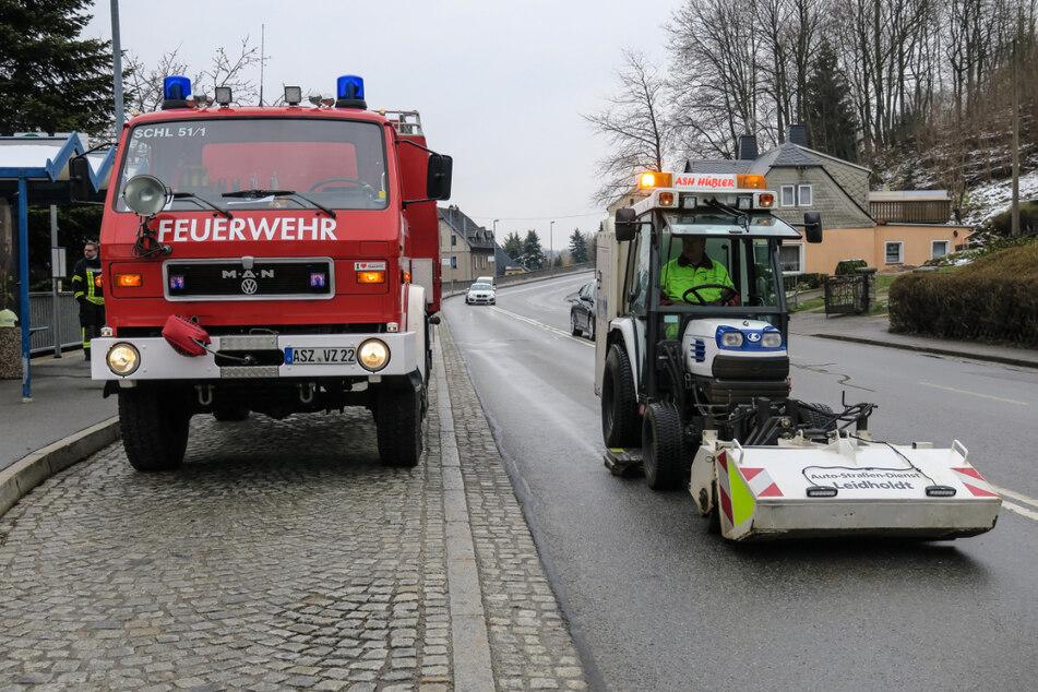 Zur Beseitigung der Ölspur waren Fahrzeuge der Feuerwehr und des Ölschadensdienstes im Einsatz.