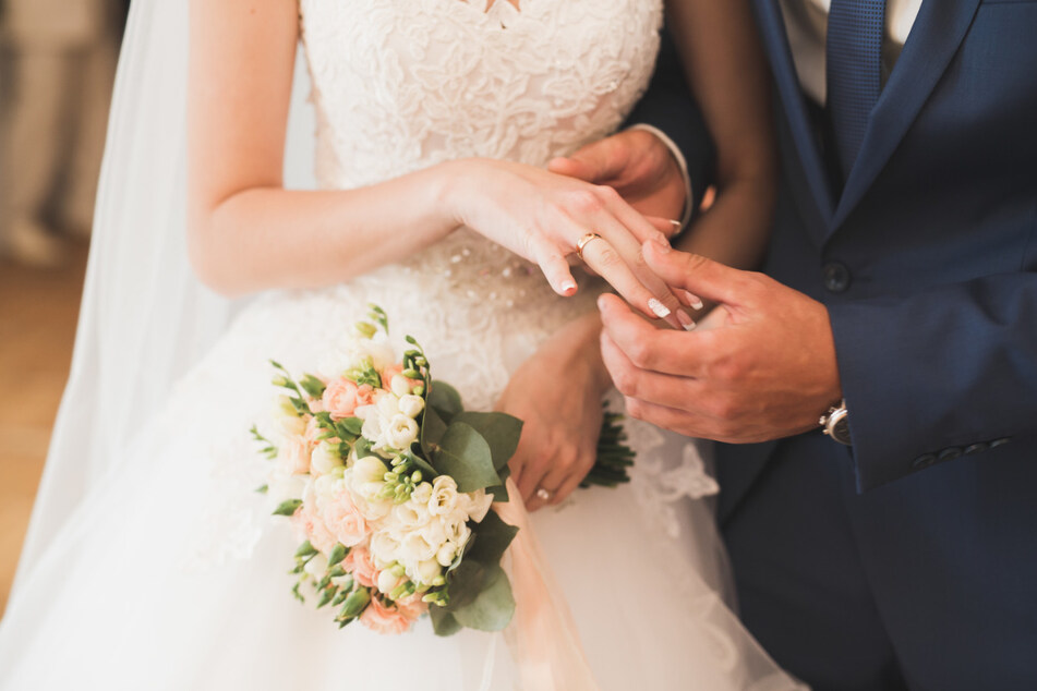 Zum Beispiel in Berlin sind Hochzeitsfeiern wieder erlaubt. Allerdings mit einer begrenzten Gästezahl.