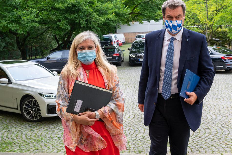 Melanie Huml (CSU), Staatsministerin für Gesundheit und Pflege, und der bayerische Ministerpräsident Markus Söder (CSU) gehen zu einer gemeinsamen Pressekonferenz zur aktuelle Entwicklungen an den Corona-Teststationen für Reiserückkehrer.