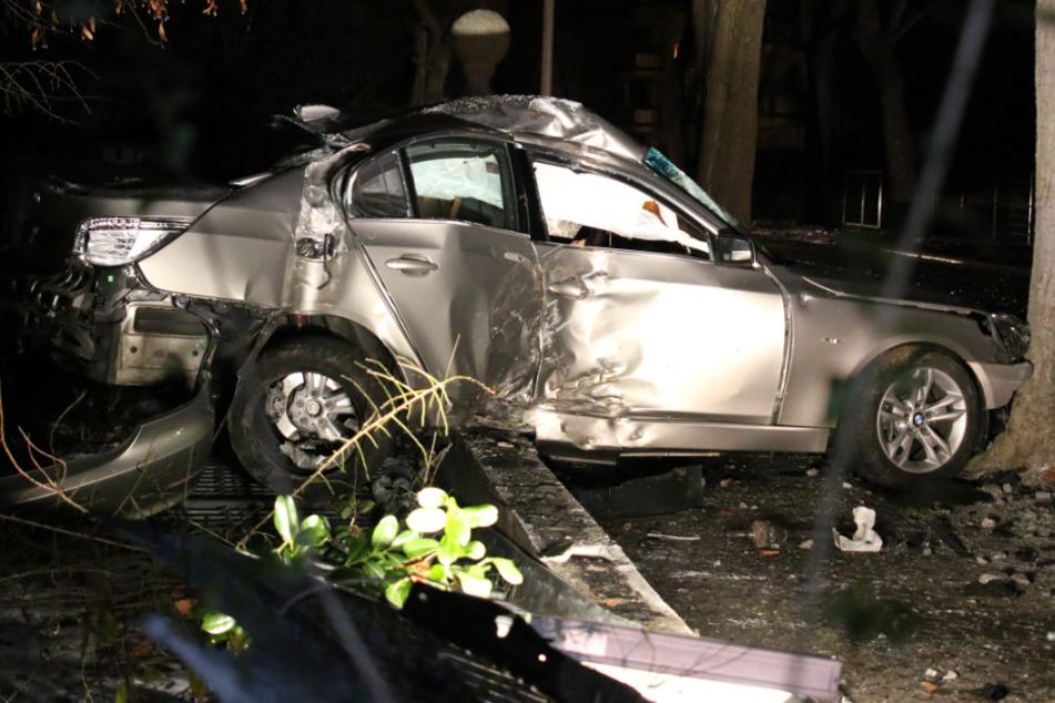 Schwerer Unfall in Leipzig: BMW rauscht durch Gartenzäune und kracht gegen Baum