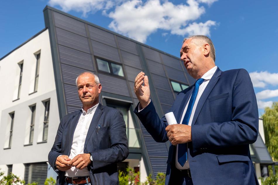 """Regionalminister Thomas Schmidt (59, CDU) besichtigte mit Fasa-Chef Ullrich Hintzen (66, l.) das """"Solar-Domizil""""."""