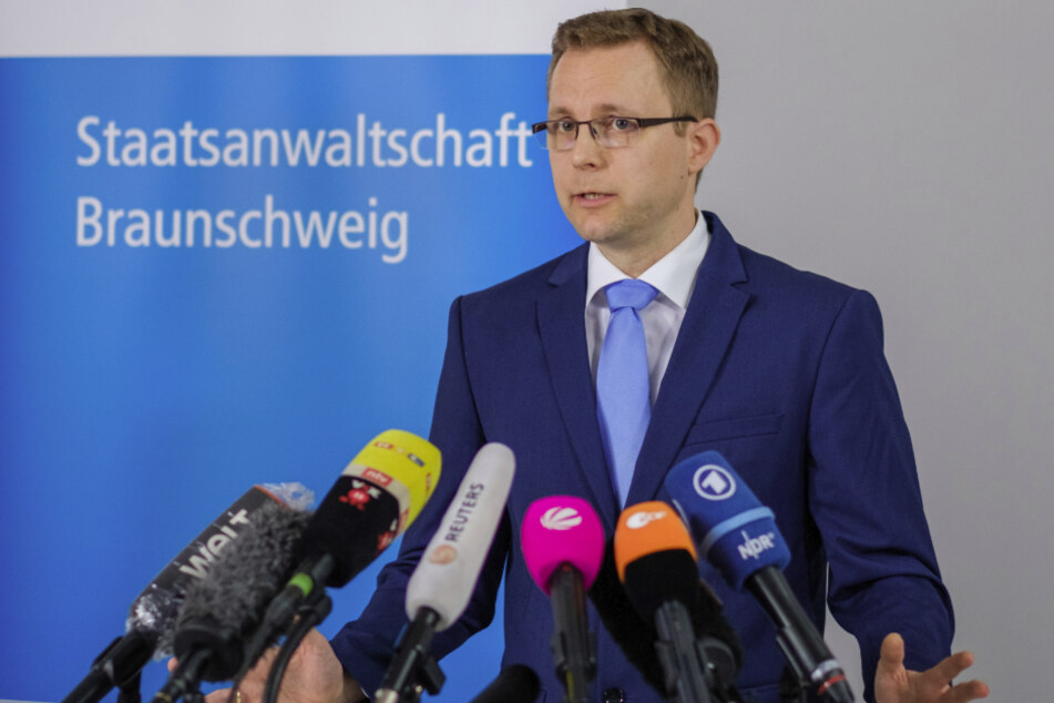 Braunschweig: Staatsanwalt Hans Christian Wolters spricht in der Staatsanwaltschaft zu Medienvertretern über die Ermittlungen im Fall Maddie.