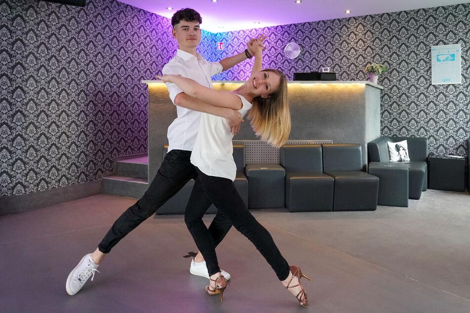 """Die Tanzlehrer Sharon Hofmann und Jonas Steinecke tanzen einen Oversway in der Tanzschule """"ADTV Tanzschule Leipzig"""" ."""