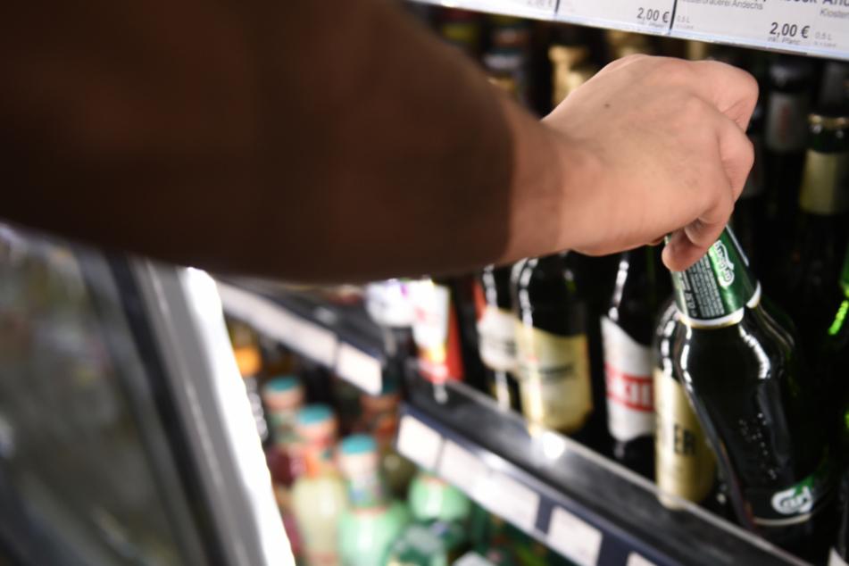 Mann rast mit Bier in der Hand mit Auto vor Polizeikontrolle davon