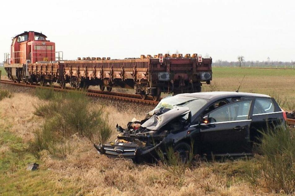Crash am Bahn-Übergang. Güterzug knallt in Ford