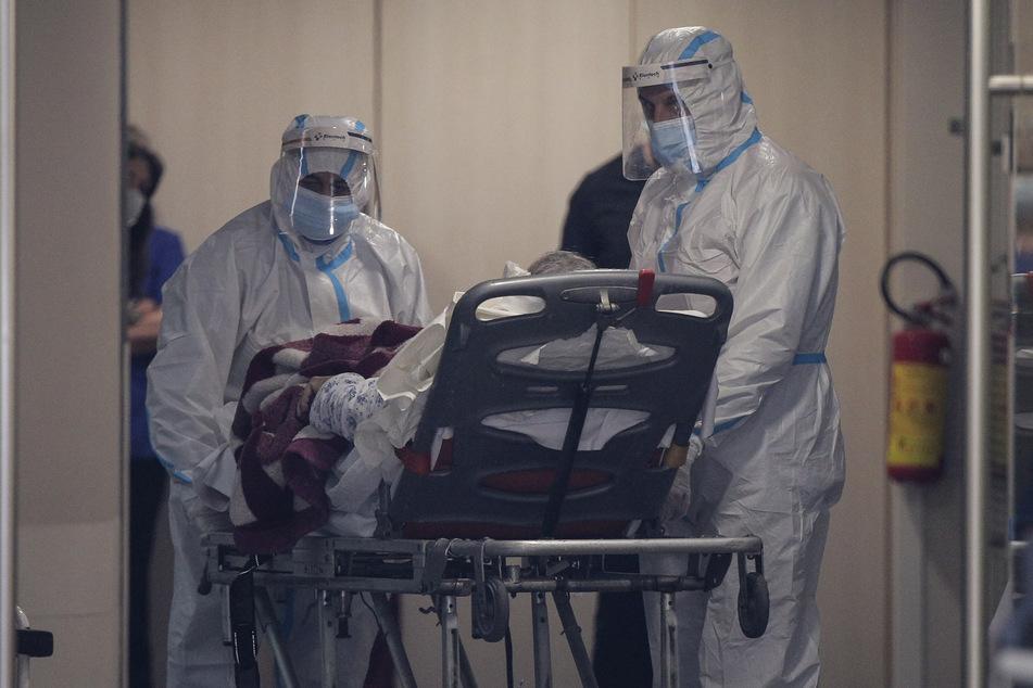Medizinische Mitarbeiter transportieren einen Corona-Patienten in Thessaloniki.