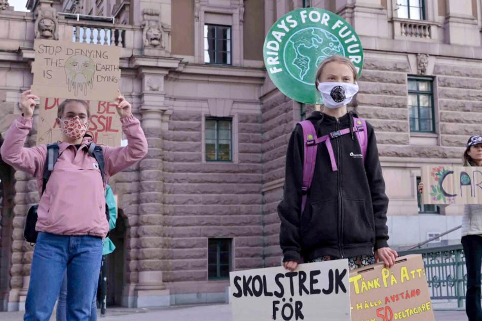 Stockholm: Greta Thunberg (rechts) Klimaaktivistin aus Schweden, und andere protestieren am 25.9.2020 vor dem schwedischen Parlament Riksdagen.