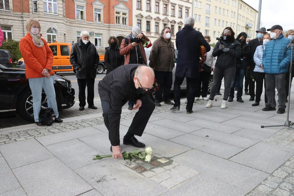 Sven Schulze (49, SPD), Oberbürgermeister der Stadt, legt Blumen nach der Verlegung von Stolpersteinen auf dem Gehweg der Zschopauer Straße nieder.