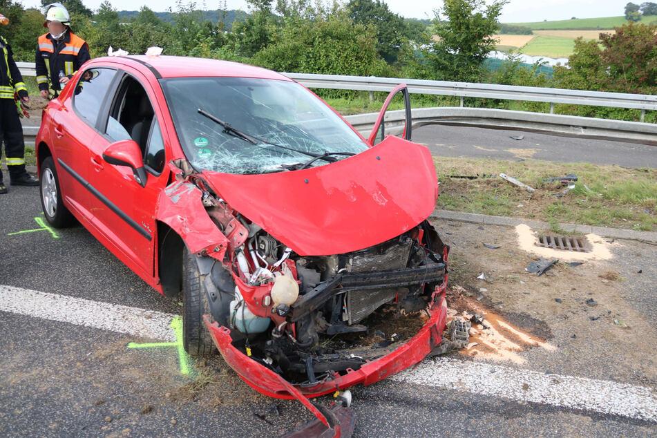 Der rote Peugeot des Unfallverursachers (28) wurde schwer demoliert, der Fahrer erlitt schwere Verletzungen.