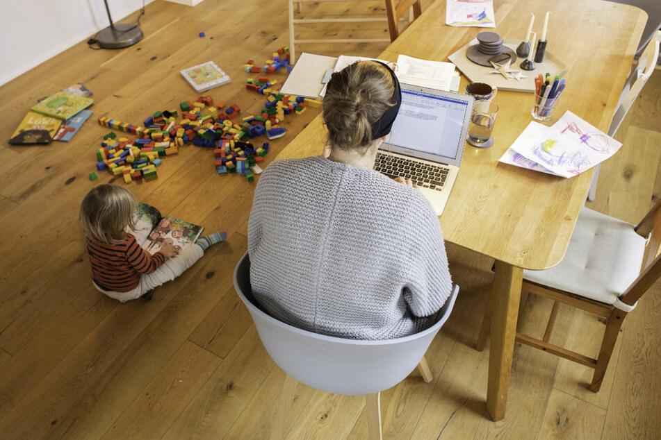 Die Zahl der Beschäftigten, die ihre Büroarbeit von zu Hause erledigen, hat sich in Baden-Württemberg einer Erhebung der DAK zufolge während der Pandemie verfünffacht. (Symbolbild)