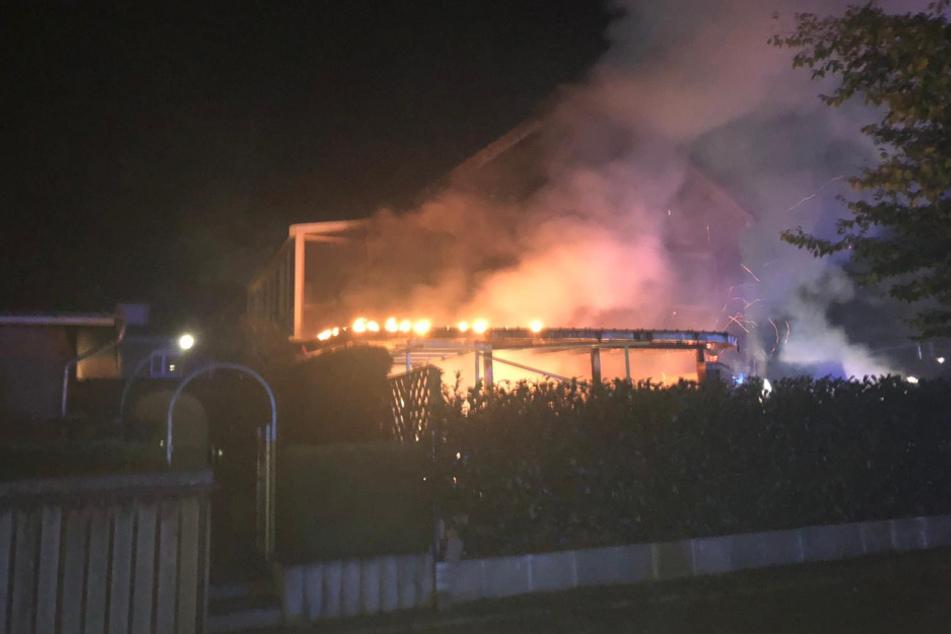 Eine Stichflamme setzte die Terrasse in Brand.