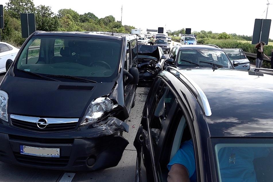 Insgesamt fünf Fahrzeuge krachten ineinander.