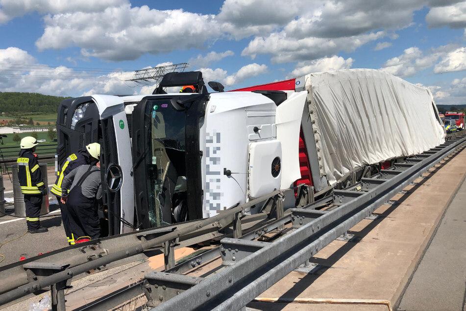 Der Lkw stürzte auf der A38 zwischen Breitenworbis und Worbis in die Leitplanke. Die Autobahn war stundenlang gesperrt.