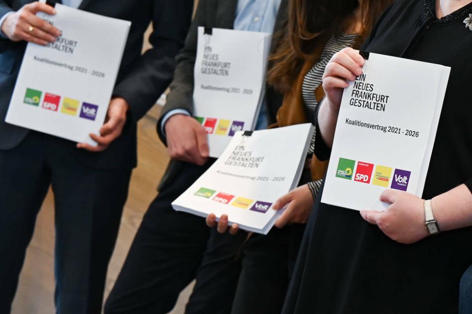 Künftig soll eine Koalition aus Grüne, SPD, FDP und Volt im Frankfurter Römer regieren - wenn die FDP dem Vertrag zustimmt.