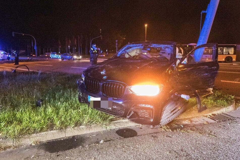 Der BMW schleuderte nach dem Unfall gegen einen Ampelmasten und erlitt einen Totalschaden.