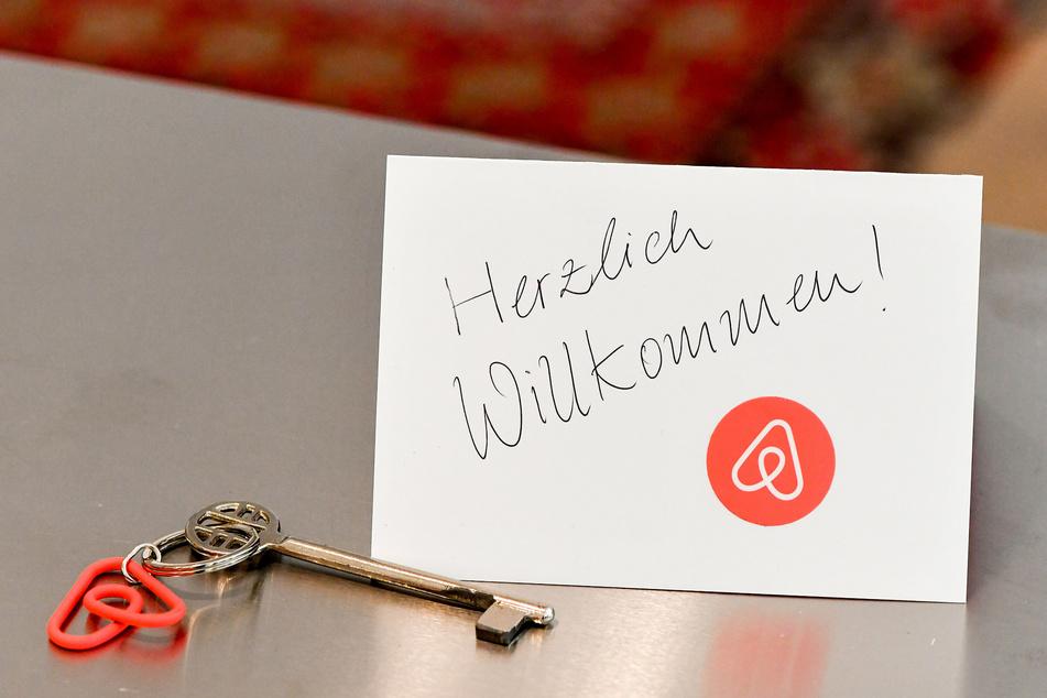 Wer in Berlin seine Wohnung an Feriengäste vermieten will, braucht dafür seit 2014 eine Genehmigung. (Archivbild)