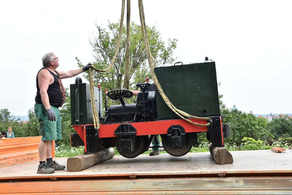 Per Kran wurde die tonnenschwere Lok vom Laster in den Südpark gehievt.