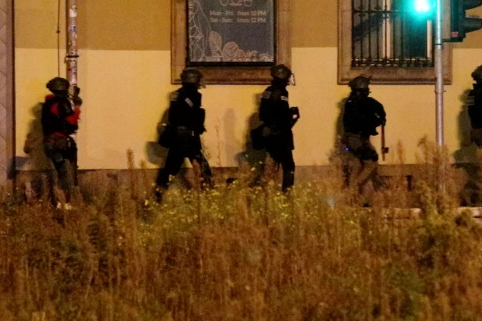 SEK-Einsatz wegen Schusswaffen-Hinweis! Polizei sperrt Straßen ab
