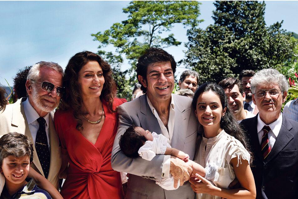 Tommaso Buscetta (vorne, 3.v.r., Pierfrancesco Favino) und seine Frau Cristina (3.v.l., Maria Fernanda Candido) feiern die Taufe ihres jüngsten Kindes.