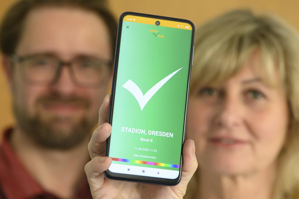 """Jörg Meißner (48) und Kathleen Parma (56), die Entwickler der App """"pass4all"""" des gleichnamigen Dresdener Start-Ups, blicken dem Start der neuen Schnittstelle im Freistaat skeptisch entgegen. (Archivbild)"""