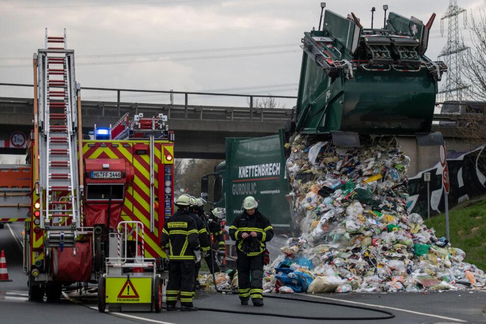Nachdem die Ladung auf die Straße gekippt wurde, konnten die Einsatzkräfte daran gehen, den Müll zu löschen.