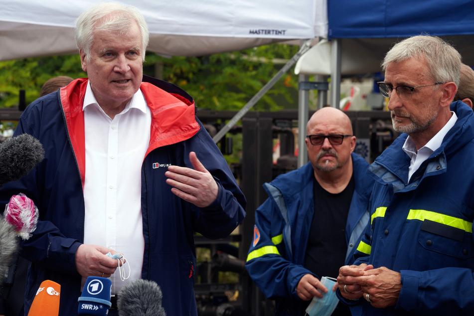 Bundesinnenminister Horst Seehofer (72, CSU) und Armin Schuster haben sich das Ausmaß der Zerstörungen in Bad Neuenahr angesehen.