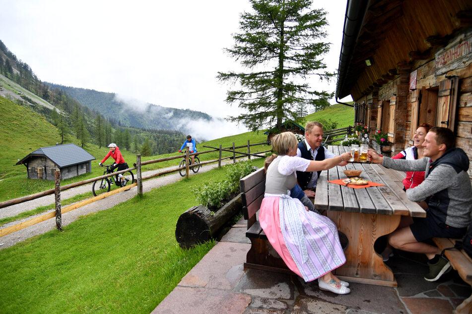 Gäste stoßen mit Bier auf der Genneralm an. Die Maskenpflicht für das Gastgewerbe ist in Österreich gefallen.