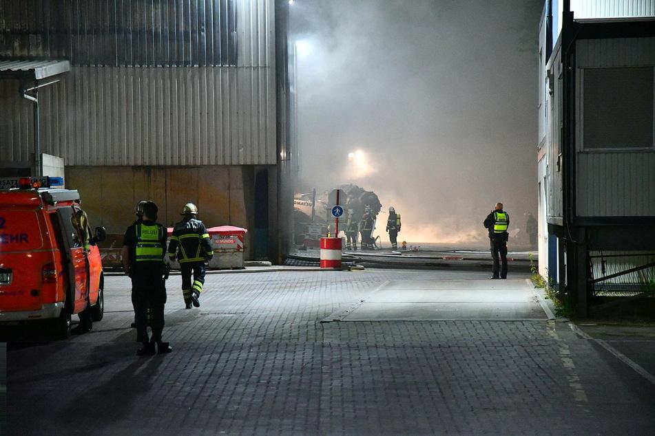 Hamburg: Dunkler Rauch über Hamburg! Feuerwehr kämpft gegen Flammen