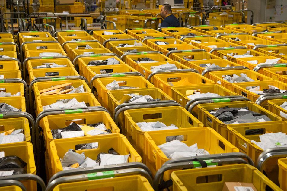 Dicht an dicht stehen Container mit Postsendungen im Internationalen Postzentrum (IPZ) am Flughafen in Frankfurt am Main.