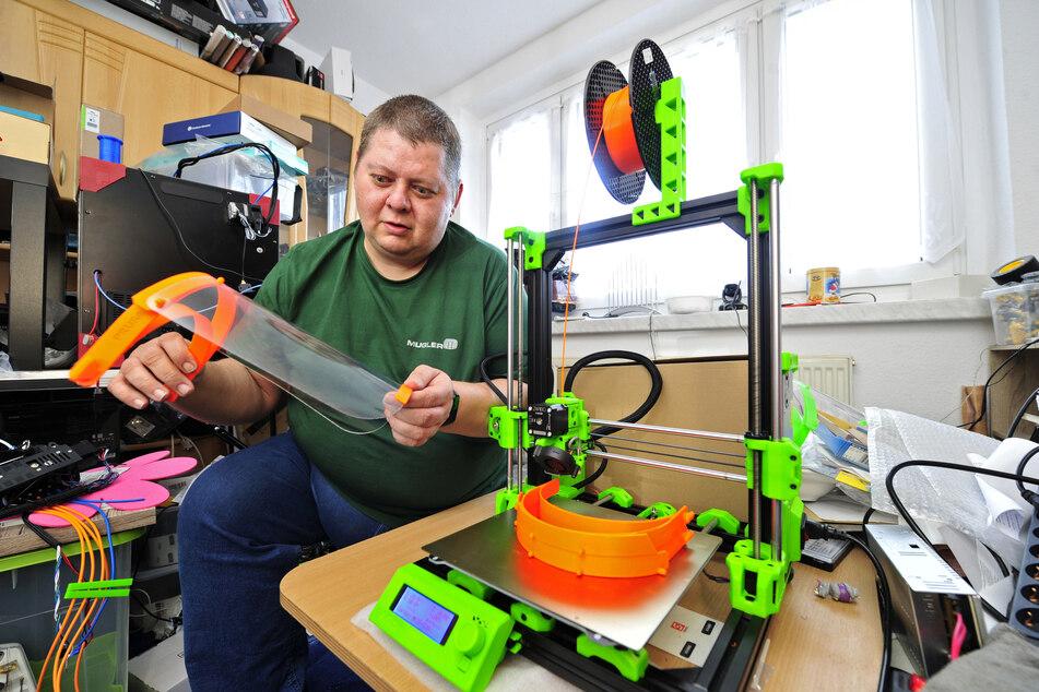 Technik-Freak Bernd Sandner (42) produziert zu Hause in seinem Arbeitszimmer die Kopfhalterungen für Gesichtsschilde.