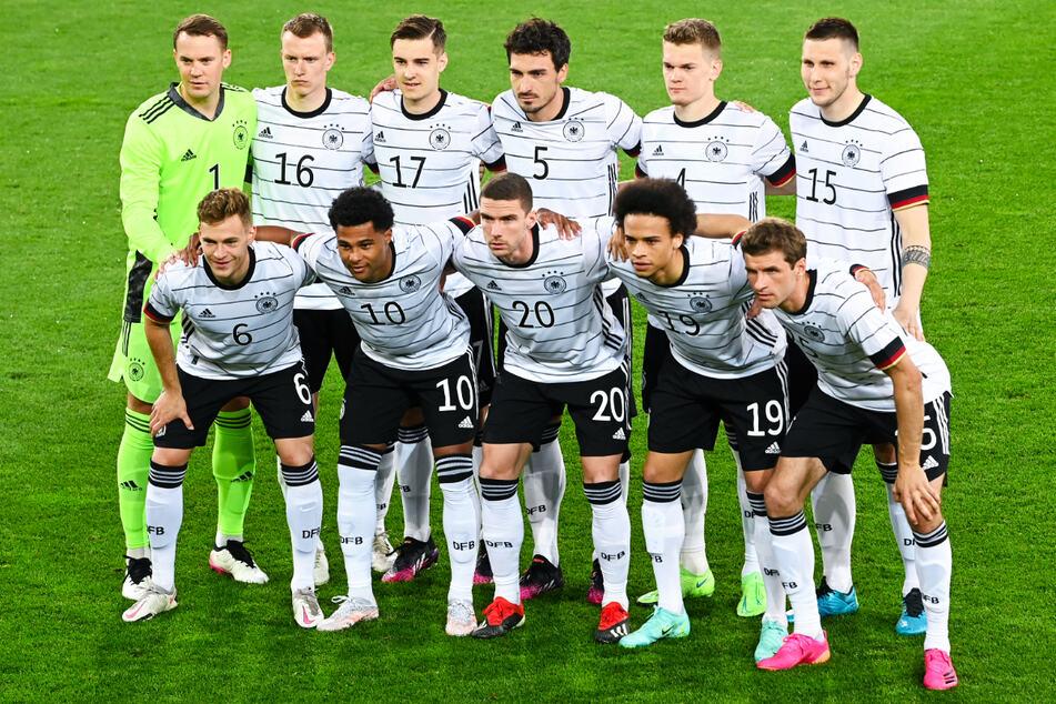 In der DFB-Startelf gegen Dänemark fanden sich mit Mats Hummels (o., 3.v.r.) und Thomas Müller (u.-r.) auch die zwei Rückkehrer wieder. Die Spieler aus dem Champions-League-Finale fehlten noch, auch die angeschlagenen Toni Kroos, Leon Goretzka und Emre Can waren nicht mit dabei.