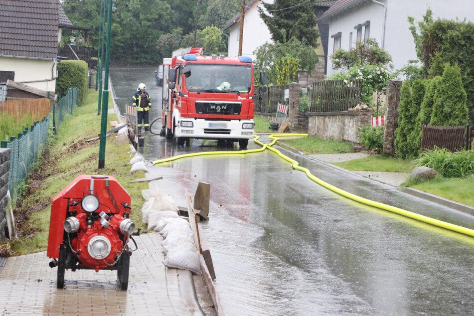 Feuerwehrleute sind nach heftigen Regenfällen Anfang Juni in Gierstädt im Einsatz. Nach verregneten Wetteraussichten könnten die Feuerwehren am Wochenende erneut ausrücken.