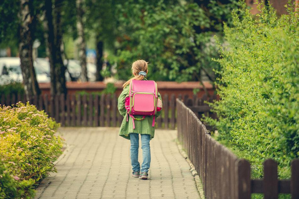 Ein Schulkind geht alleine einen Weg entlang. (Symbolbild)