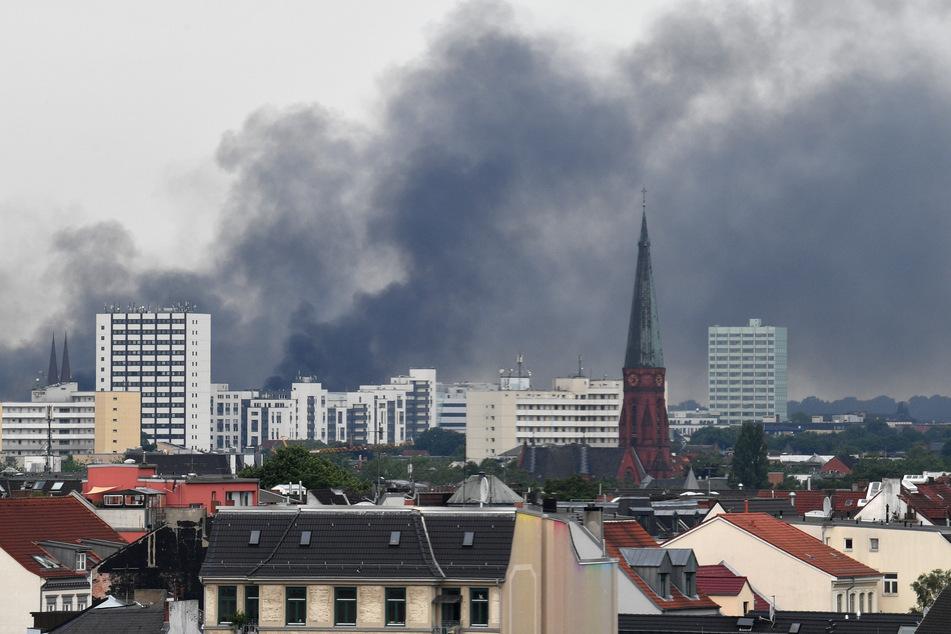 Dunkler Rauch steigt während der G20-Ausschreitungen über Hamburg auf.