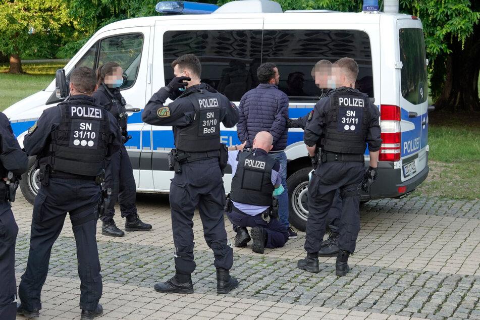 Erst am Mittwoch kam es im Stadthallenpark zu einem Messerangriff, hier nimmt die Polizei den mutmaßlichen Täter (30) fest.