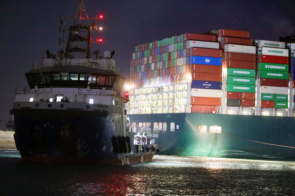 Um die Freilegung des Schiffs zu erleichtern, soll nun erstmal die schwere Ladung von Bord.