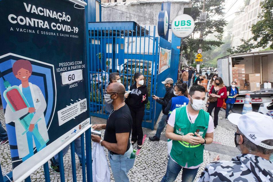 Zahlreiche Menschen warten in einer Schlange vor einem Zentrum in São Paulo, um sich mit dem Vakzin von BioNTech/Pfizer impfen zu lassen.