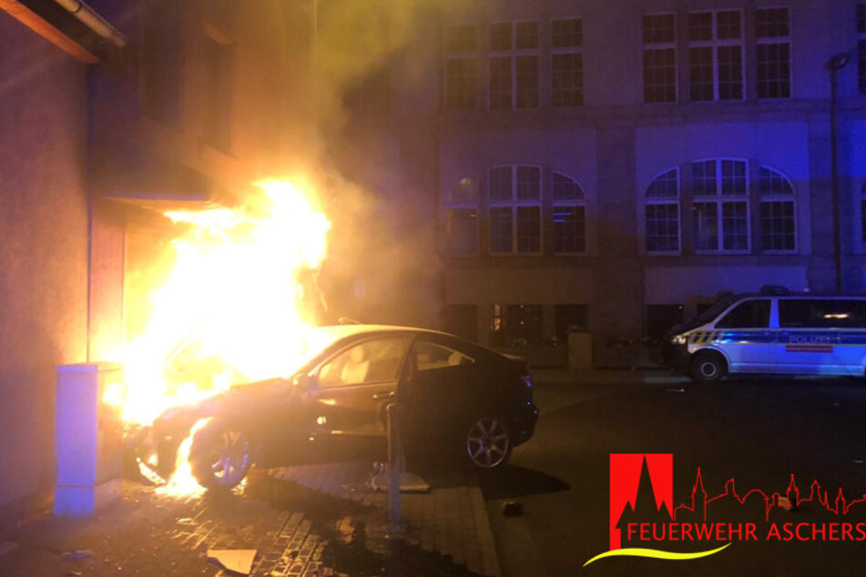 Die Jugendlichen konnten aus dem brennenden Fahrzeug gerettet werden.