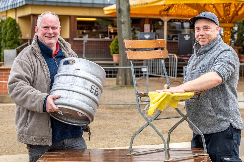 Fährgarten-Chef Jens Bauermeister (56) und Wolfgang Pätzke (44) haben alle Hände voll zu tun.