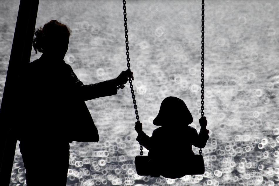 In Nordrhein-Westfalen leben etwa 327.000 alleinerziehende Elternteile mit ihren minderjährigen Kindern zusammen (Symbolbild).