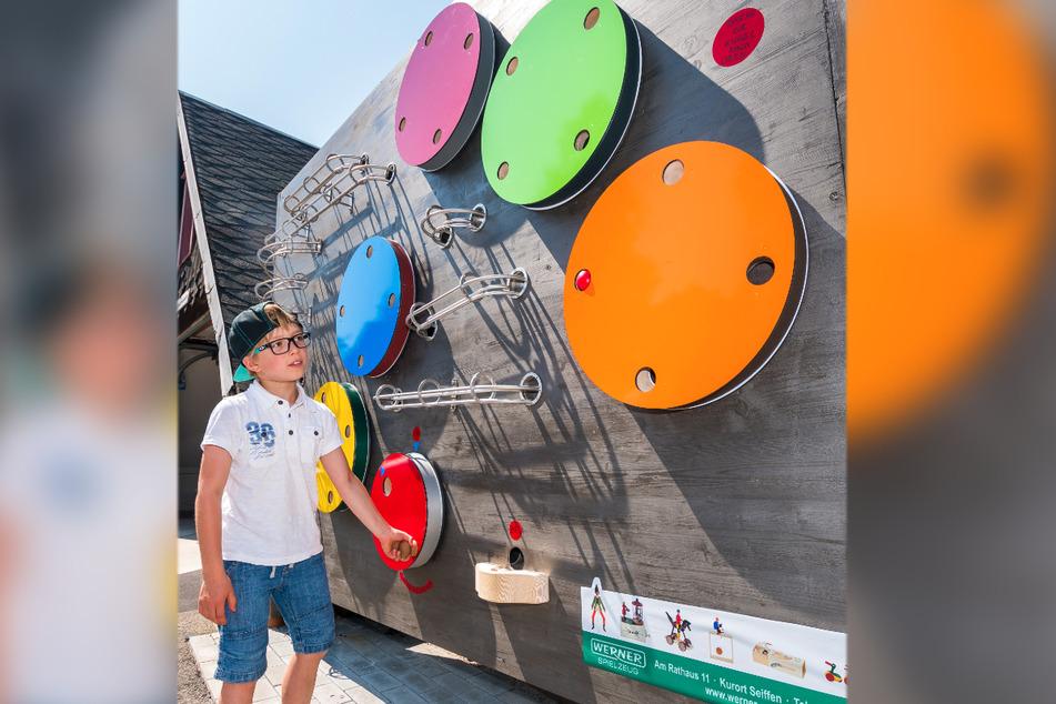Jonas (9) dreht an den Trommeln der Kugelbahn von Wolfgang Werner.